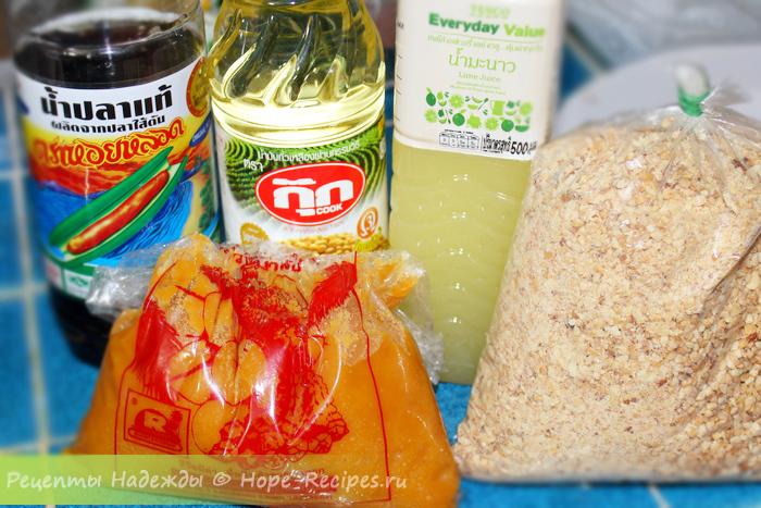 Тайские соусы и приправы: рыбный соус, соевое масло, сок лайма, дробленый арахис и кокосовый сахар